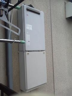 大阪府豊中市 ハイツ 宙吊り ノーリツ ガス給湯器 取替 工事(交換)