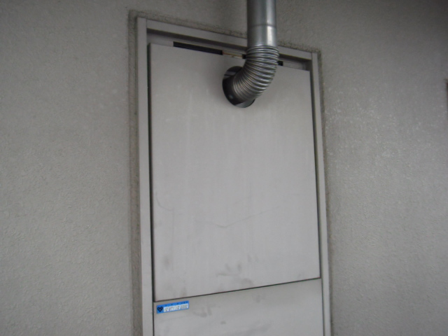 兵庫県尼崎市 賃貸マンション ガス給湯器 扉内前方排気延長タイプ 取替交換工事