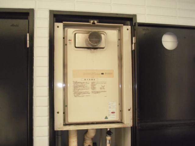 兵庫県西宮市 ノーリツ ガス給湯器 前方排気形 扉内設置取替交換工事