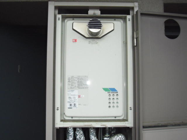 兵庫県 伊丹市 マンション ノーリツ 20号 ガス給湯器 高温水供給方式 メーターボックス内設置 前方排気 取替交換工事施工