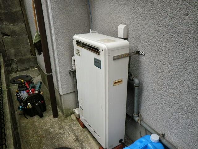 兵庫県 伊丹市 戸建て住宅 リンナイ 16号 ガスふろ給湯器 屋外据え置き 2つ穴 隣接設置 取替交換工事施工