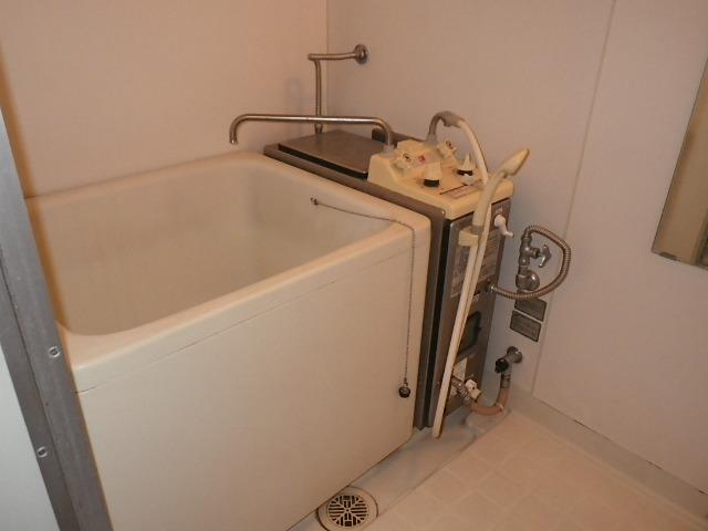 兵庫県 西宮市 甲子園 ハイツ 16号 ハウステック カベピタ パックイン 給湯専用 1100サイズ 浅型浴槽 新設工事