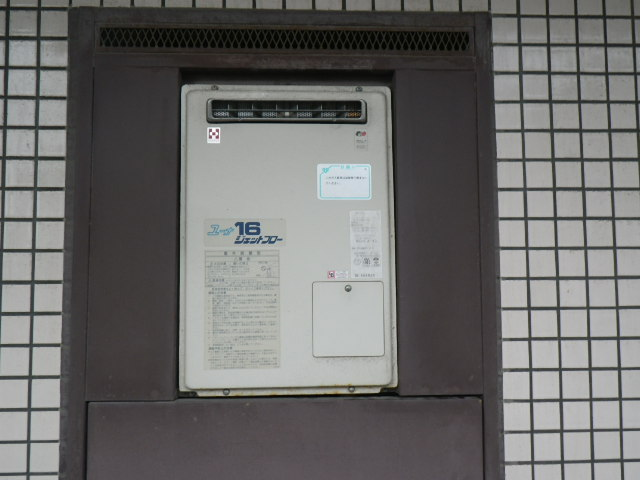 兵庫県尼崎市久々知西町 マンション リンナイ 16号ガス給湯器 取替交換工事施工 YV-1627R から RUJ-V1611W(A)
