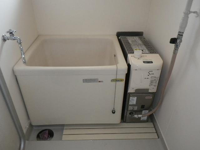 兵庫県加古郡稲美町国安 県住 ハウステック 16号 カベピタ 給湯専用、 1100サイズ 浅型浴槽 取替交換工事施工 WFK-1602SA