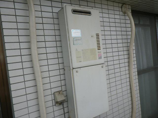 兵庫県尼崎市潮江マンション リンナイ20号 ガス給湯器 ベランダ 取替交換工事施工 RUX-2000WO-EからRUX-A2010W-E