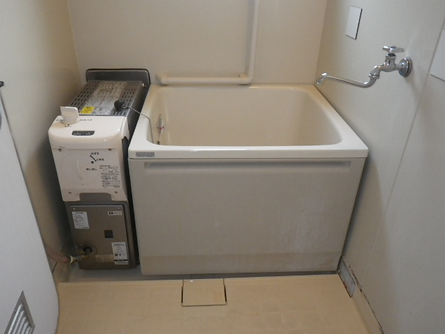尼崎市上之島町 県営住宅 ハウステック 16号 カベピタパックイン 1100サイズ浅型浴槽 取替交換工事施工 WFK-1602SA