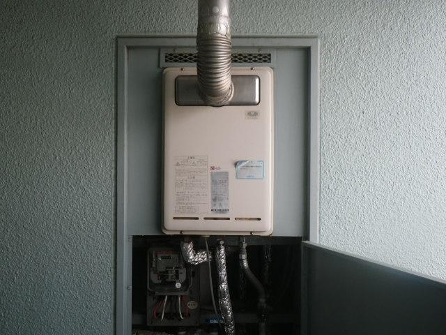 尼崎市若王寺マンション リンナイ16号ガス給湯器 排気延長型 取替交換工事施工 RUX-V1610T から RUX-A1616T-L-E