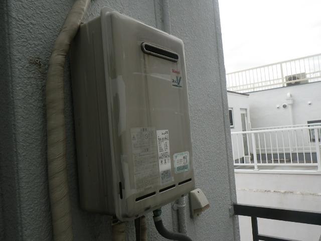 大阪市淀川区十三本町マンション ノーリツ 16号ガス給湯器 屋外壁掛型 取替交換工事施工 リンナイ RUX-V1615W-E から GQ-1639WS-1