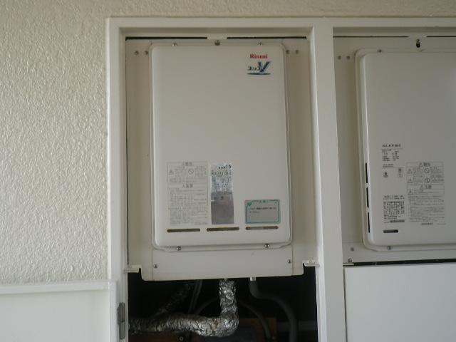 尼崎市東園田町マンション リンナイ16号ガス給湯器 後方排気 取替交換工事施工 RUX-V1610B-E から RUX-A1616B-E
