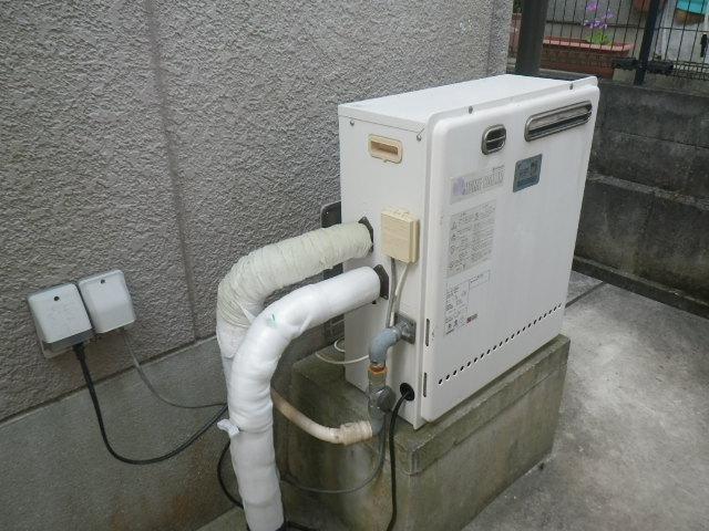 三田市富士が丘 戸建住宅 ノーリツ20号 ガスふろ給湯器 屋外据置設置型 2つ穴 取替交換工事施工 日立ハウステック KZ-204SA から GRQ-C2062SAX