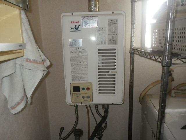 尼崎市栗山町マンション ノーリツ16号ガス給湯器 屋内設置強制排気型 取替交換工事施工 リンナイ RUX-V1610SWFA-E から GQ-1637WSD-F-1
