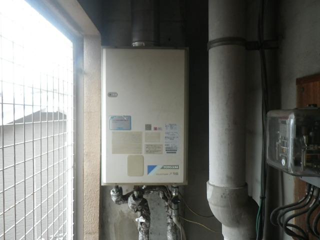西宮市津門稲荷町マンション リンナイ16号ガス給湯器 屋内設置型 強制給排気 取替交換工事施工 TOTO RGH16CF2-D から RUX-V1615SFFUA-E
